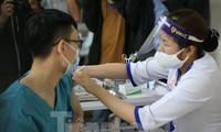 Tiêm vắc-xin cho nhân viên y tế BV Thanh Nhàn (Hà Nội) sáng 9/3 Ảnh: Như Ý