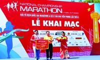 Ông Trần Ngọc Nhung - Giám đốc Sở VHTTDL Gia Lai, nhận cờ đăng cai tổ chức giải năm 2021 từ trưởng BTC Tiền Phong Marathon 2020 Lê Xuân Sơn. Ảnh: Như Ý