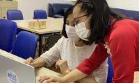 Giáo viên duyệt hồ sơ trực tuyến tại Trường Nguyễn Siêu (Hà Nội)