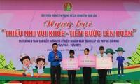 """Đại diện lãnh đạo tỉnh đoàn trao hỗ trợ """"Tiếp sức đường dài"""" cho học sinh khó khăn"""