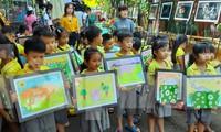 Các em thiếu nhi vẽ tranh theo chủ đề Những chú voi hạnh phúc
