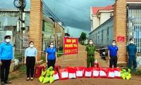 Huyện Đoàn Cư M'gar và chùa Hoa Nghiêm tặng 100 túi quà an sinh