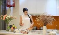 Hoa hậu Ngọc Hân vào bếp làm mì ngũ sắc cho ngày ăn chay