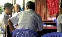 Các cán bộ đi ăn nhậu trong giờ làm việc bị người dân chụp hình tố cáo đến cơ quan chức năng - Ảnh: PN