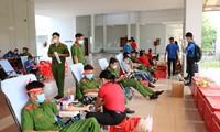 Hơn 100 cán bộ, chiến sĩ Công an tỉnh An Giang tham gia Chủ nhật Đỏ
