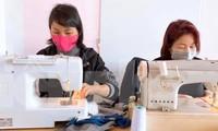 Nhiều người Việt Nam đã mượn máy về nhà may khẩu trang trong thời gian cách ly ở nhà.