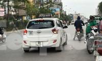"""Yêu cầu các hãng taxi xử lý các trường hợp tài xế """"biến hóa"""" biển số, đón trả khách sai quy định"""