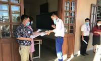 Thí sinh tháo khẩu trang để giám thị nhận diện khuôn mặt trước khi vào phòng thi ở trường THPT Lê Lợi (TP Đông Hà, Quảng Trị) sáng 9/8.
