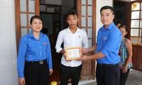 Trao huy hiệu 'Tuổi trẻ dũng cảm' cho các thanh niên cứu người trong mùa lũ