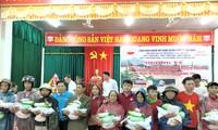Trao quà hỗ trợ người dân khắc phục lũ lụt tại Quảng Trị