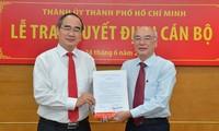 Ông Phan Nguyễn Như Khuê nhận quyết định Trưởng ban Tuyên giáo Thành ủy TPHCM ngày 24/6. Ảnh: SGGP.