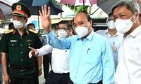 Chủ tịch nước Nguyễn Xuân Phúc thăm hỏi người dân trong khu vực bị cách ly, phong tỏa. Ảnh: TTBC