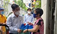 Chủ tịch UBND TPHCM Nguyễn Thành Phong tặng lương thực thực phẩm và hàng hóa thiết yếu cho người nghèo ở huyện Nhà Bè