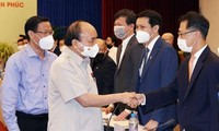 Chủ tịch nước Nguyễn Xuân Phúc trò chuyện thân mật với các doanh nhân trẻ.