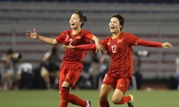 Các cầu thủ đội tuyển nữ tung thú nhồi bông ăn mừng tấm HCV SEA Games thứ 6. Ảnh: Hữu Phạm