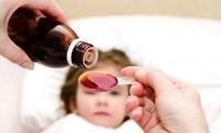 Thuốc hạ sốt là loại thuốc không thể thiếu trong mỗi gia đình có trẻ nhỏ. Ảnh: suckhoedoisong.vn.