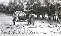 Chiếc xe môtô lần đầu tiên xuất hiện trong quân đội là một chiếc Harley-Davidson do Trung úy Roy Holtz (Mỹ) điều khiển.