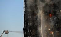 Lực lượng cứu hỏa dập lửa ở tháp Grenfell. Ảnh: Reuters.