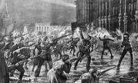Lực lượng Cận vệ Đỏ và binh sĩ tấn công Cung điện Mùa Đông. Ảnh: Global Look Press.