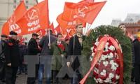 Vòng hoa của Đại hội quốc tế các Đảng Cộng sản và Công nhân lần thứ 19 mang dòng chữ Ghi nhớ công ơn những người đã bảo vệ Tổ quốc Xô Viết. (Ảnh: Tâm Hằng/TTXVN)