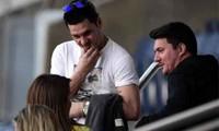 Hai anh trai của Messi, Matias (áo trắng) và Rodrigo (áo đen) trong một lần dự khán buổi tập của Barca. Ảnh: Sun