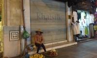 """Cửa hàng 113 Hàng Gai của Khaisilk đóng cửa sau khi bị phanh phui bán lụa Trung Quốc gắn mác """"made in Vietnam"""". Ảnh: T.L"""