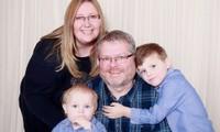 Lisa và chồng chụp ảnh cùng Toby và con trai thứ hai. Bé Toby hiện đã 3 tuổi. Ảnh: The Sun.