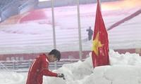 Duy Mạnh cắm cờ và cúi đầu chào trên sân vận động Thường Châu. Ảnh: Linh AFC.