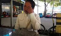 Chị Hồ Thị Mỹ Dung- giáo viên Trường THCS Vụ Bổn khóc nức nở khi nói về việc mình sắp bị mất việc. Ảnh: D.H