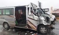 Xe khách 16 chỗ đâm vào đuôi xe tải và bẹp dúm đầu, hai nạn nhân tử vong. Ảnh: Bá Đô