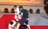 Từ Hiểu Đông liên tục khiến đối thủ phải nằm sàn. Ảnh cắt từ video.