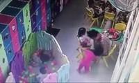Cô giáo tát bé gái ngã xuống đất. (Ảnh cắt từ clip)
