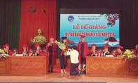 Phó Bí thư đoàn Trường ĐH. Vinh quỳ gối cầu hôn nữ sinh ngay trong lễ bế giảng (Ảnh cắt từ Clip)