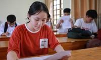 Thí sinh Nghệ An làm thủ tục dự thi THPT quốc gia chiều 24/7. Ảnh: Nguyễn Hải.