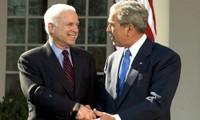Ứng viên tổng thống đảng Cộng hòa John McCain (trái) bắt tay Tổng thống George W. Bush tại Vườn Hồng, Nhà Trắng tháng 3/2008. Ảnh: AFP.