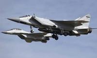 Chiếc MiG-31 (phía trước) với quả tên lửa bí ẩn dưới bụng. Ảnh: Jet Photos.