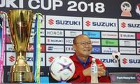 HLV Park Hang Seo tươi cười bên Cup vàng AFF Cup 2018