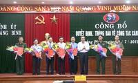 Bí thư Tỉnh ủy Quảng Bình Hoàng Đăng Quang trao quyết định và chúc mừng 8 đồng chí được cấp thẩm quyền chuẩn y, bổ nhiệm.