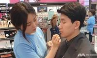 Ngày càng nhiều nam giới Hàn Quốc trang điểm trước khi ra đường.
