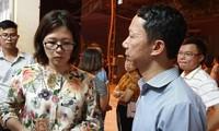 CEO Tập đoàn Giáo dục Edufit Trần Thị Hồng Hạnh bên cạnh bố cháu bé bị tử vong trên xe buýt của trường Gateway. Ảnh: Hoàng Lam.
