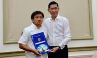Ông Đoàn Ngọc Hải (trái) khi nhận quyết định về công tác tại Tổng công ty Xây dựng Sài Gòn TNHH MTV