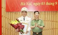 Thứ trưởng Nguyễn Văn Sơn trao quyết định và chúc mừng Thiếu tướng Nguyễn Khắc Thủy, tân Cục trưởng Cục Y tế.