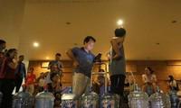 Người dân phường Mộ Lao, Hà Đông xếp hàng 1h sáng chờ lấy nước sạch.