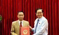 Bộ trưởng Bộ Nội vụ Lê Vĩnh Tân trao quyết định cho đồng chí Vũ Đức Thuận.
