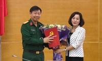 Bí thư Tỉnh ủy Ninh Bình Nguyễn Thị Thanh trao quyết định và chúc mừng Đại tá Đinh Công Thanh.
