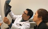 BS Đỗ Anh Vũ xem xét, thăm khám cẩn thận để đưa ra phác đồ điều trị tối ưu cho chị Tuyền