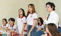 Sinh viên học tập với giảng viên người nước ngoài