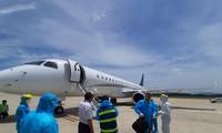 Gần 12h trưa 24/5/2020, các chuyên gia nước ngoài đã hạ cánh an toàn tại sân bay Đà Nẵng. Tất cả đều mặc đồ bảo hộ để phòng chống dịch