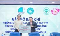 Ông Montri Suwanposri, tổng giám đốc C.P. Việt Nam (áo đen) trao tặng 4 triệu khẩu trang y tế