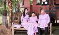 NTK Tuấn Hải tặng áo dài đồng phục cho gia đình doanh nhân Trần Huyền Nhung